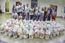 Família assistidas recebem cestas natalinas